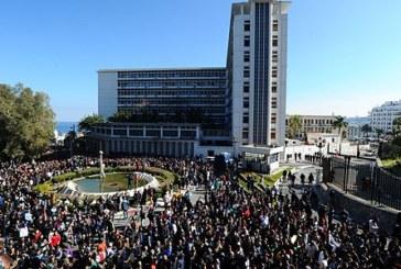 الجزائر تحكم بقبضة من حديد… إيقاف 40 شخصا لمجرد التظاهر ضد الولاية الخامسة لبوتفليقة