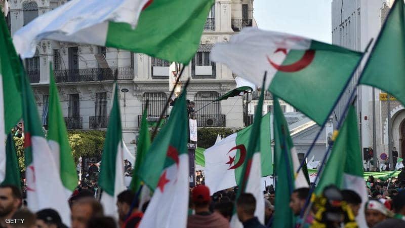 """العسكر الجزائري يلتف حول """"ثورة الشارع"""" ويشيطن الاحتجاجات ضد الوضع بالبلاد"""