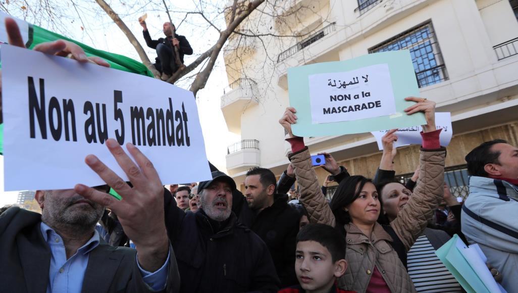 الربيع العربي يصل الجزائر… الآلاف يتظاهرون رفضا لإعادة ترشح بوتفليقة