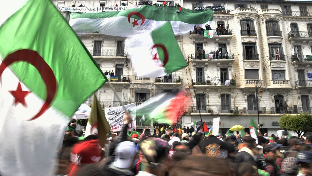 الجزائر تغلي… مظاهرات في الشوارع والساحات للجمعة السادسة