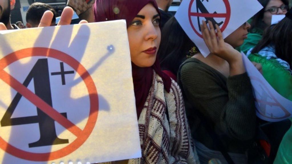 المتظاهرون الجزائريون يعودون إلى الشارع احتجاجا على التمديد لبوتفليقة