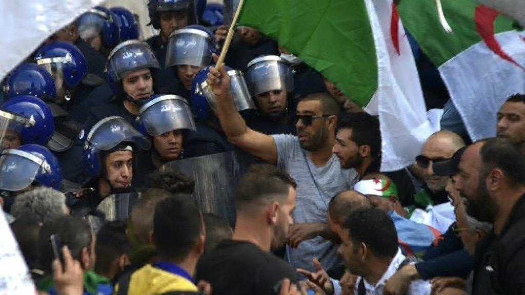 الشرطة الجزائرية تفشل في إبعاد المتظاهرين عن ساحة في العاصمة