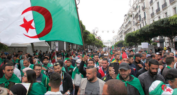 تظاهر آلاف الطلاب مجددا بالجزائر