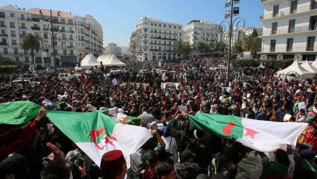 """الجزائريون يتظاهرون للجمعة السابعة للمطالبة برحيل """"النظام"""
