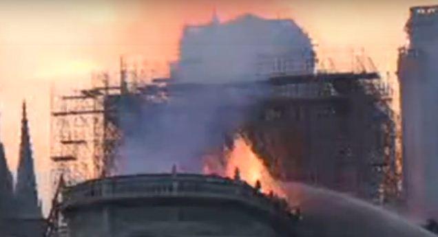 اندلاع حريق ضخم داخل كاتدرائية نوتردام في باريس