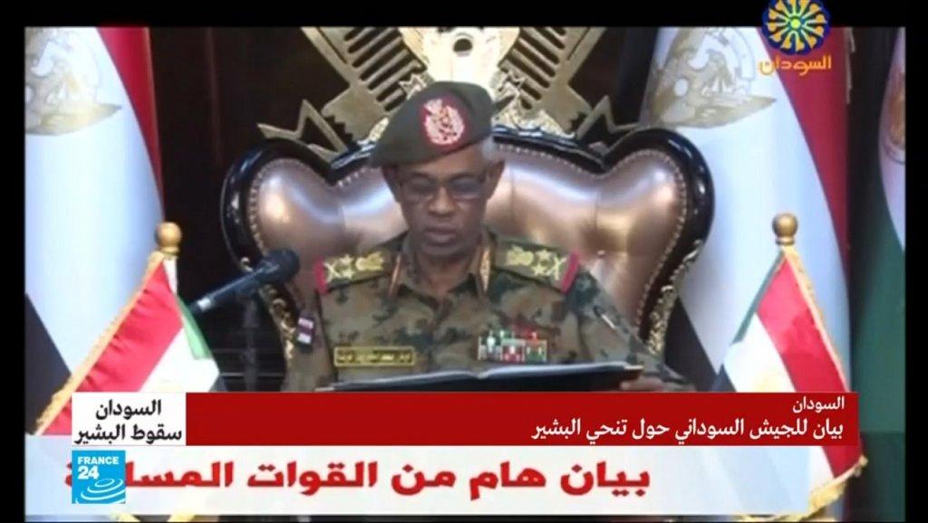 """الجيش السوداني يعلن اعتقال البشير """"في مكان آمن"""" وتشكيل مجلس عسكري لإدارة البلاد"""