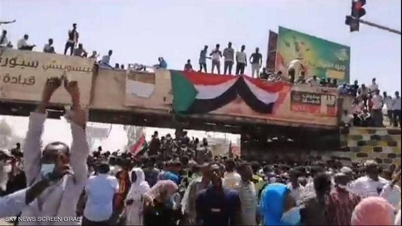 آلاف السودانيين يخرجون للشوارع للاحتجاج