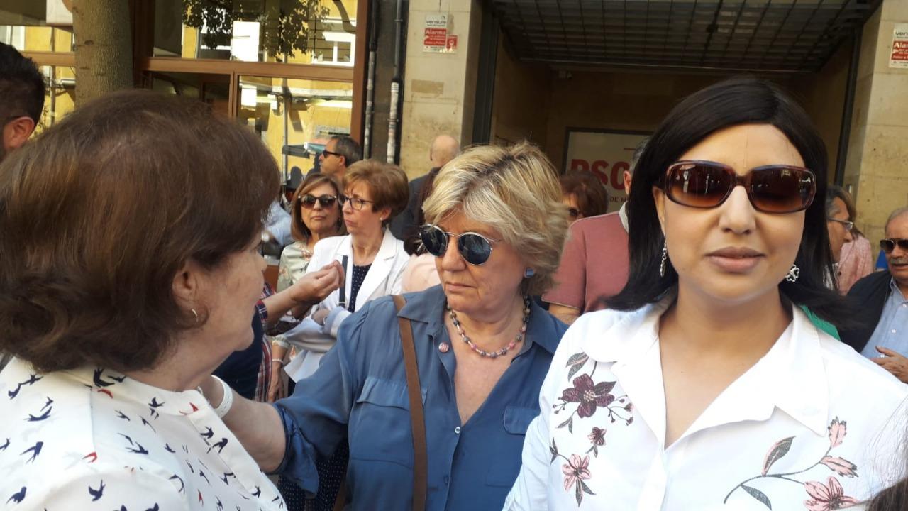 المغربية صباح يعقوبي تشارك في وقفة حداد أمام مقر الحزب الاشتراكي الاسباني بعد وفاةوزير إسباني شهير