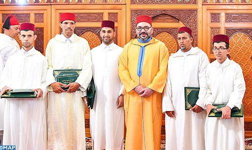 أمير المؤمنين يسلم جائزة محمد السادس للمتفوقين (صنف الذكور) في برنامج محاربة الأمية بالمساجد