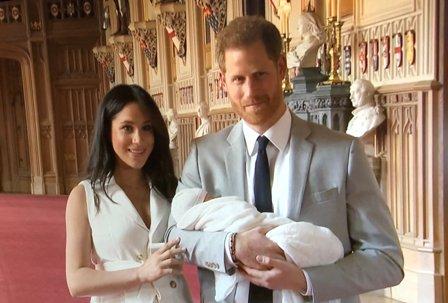 ظهور أولى الصور للأمير هاري وزوجته ميغان وطفلهما الأول