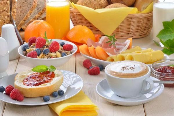 تعرف على الأطعمة والمشروبات التي يجب تجنبها على مائدة الإفطار