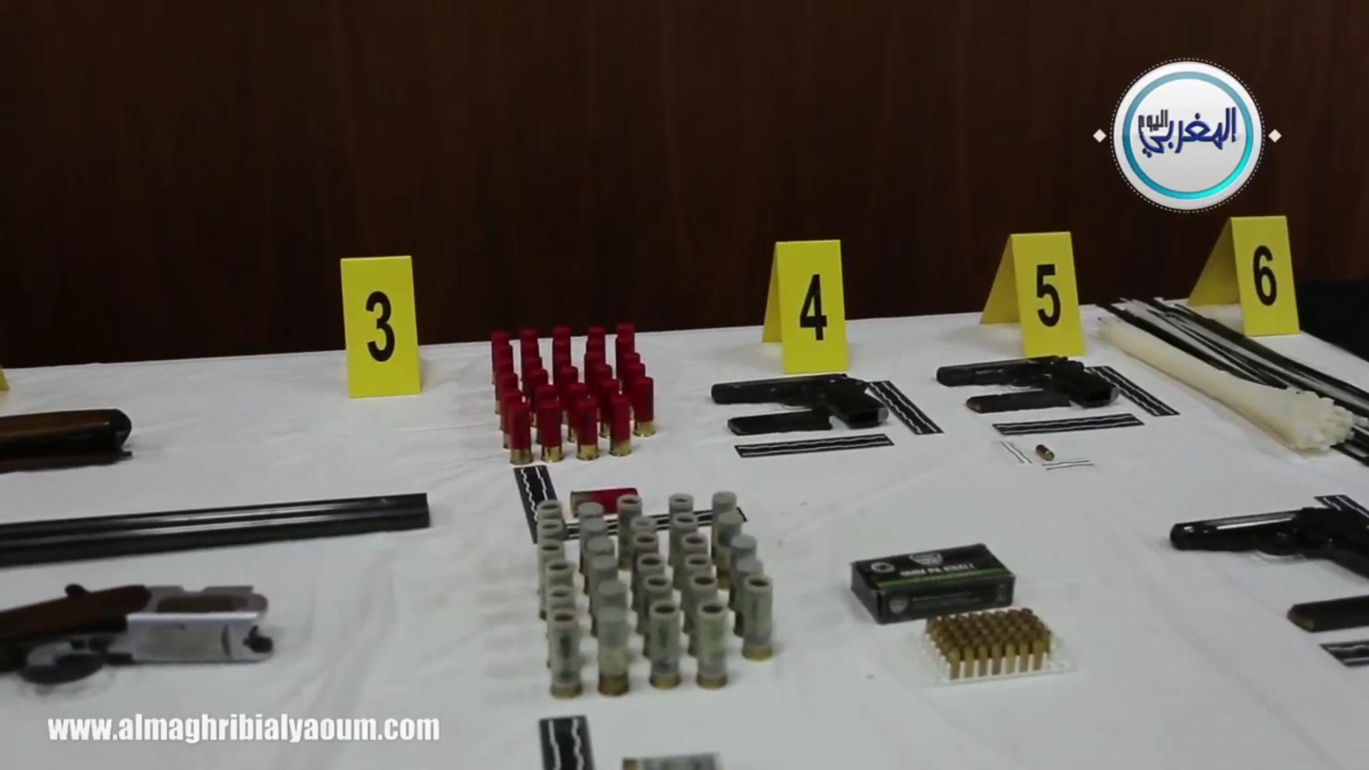 بالفيديو… رجال الخيام يعرضون أسلحة نارية وبيضاء مختلفة الأنواع حجزت لدى أفراد الخلية المفككة