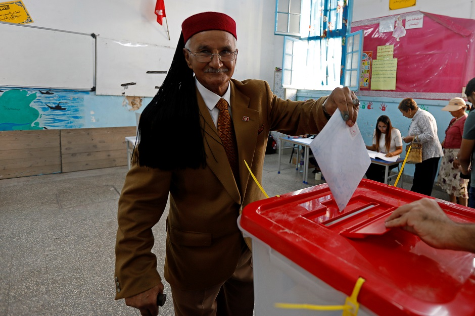 التونسيون إلى صناديق الاقتراع لاختيار ممثليهم بالبرلمان