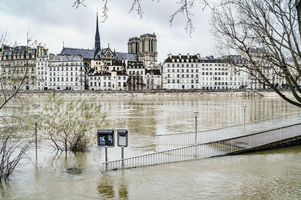 الفيضانات تجتاح جنوب فرنسا وتودي بحياة عدة أشخاص