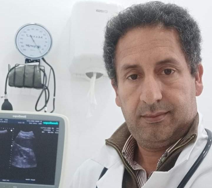 """طبيب """"إبن الشعب"""" يتبرأ من ابتزاز الأطباء الخواص للدولة ويخرج برد قوي"""
