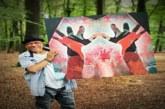 في زمن كورونا التشكيلي المغربي سلمان الزموري يعرض لوحاته وسط البراري الهولندية